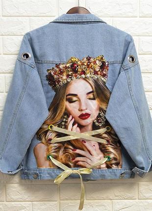 Женская короткая джинсовая куртка с рисунком на спине queen