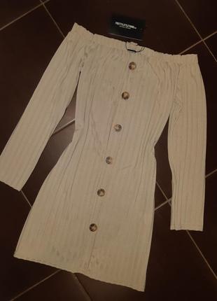 Платье с открытыми плечами prettylyttlething