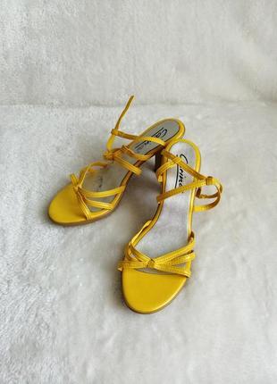 -      яркие желтые босоножки с перелётом на каблуке