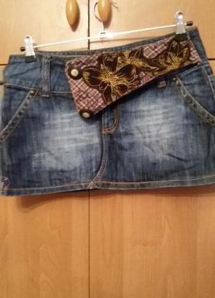 Коротенькая джинсовая юбка.