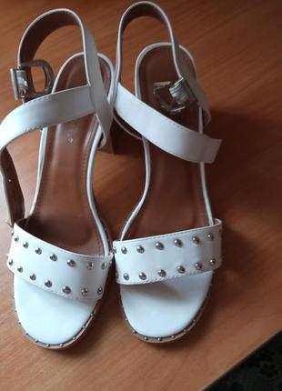 Белые босоножки на каблуке 41 размер