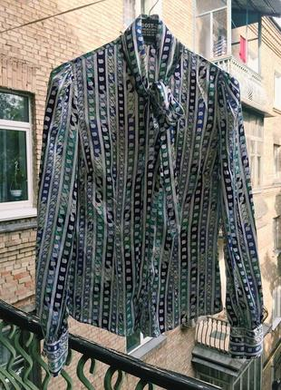 Голубая блуза с принтоп и бантом на шее
