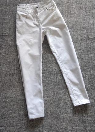 Белые укороченные джинсы мом с заклепками на карманчиках/размер м-l