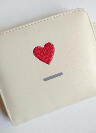 Мини кошелек молочного цвета с вышитым красным сердечком и с отделом для монет