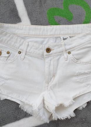 Белые короткие шорты с бахромой