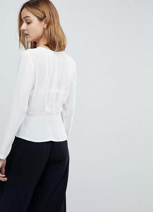 Asos белая шифоновая блузка топ футболка с декольте на запах и баской