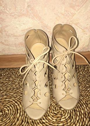 Шикарные босоножки на шнуровке