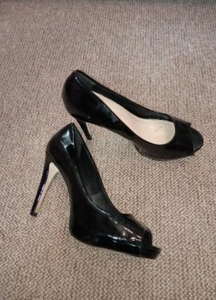 Черные лаковые туфли на каблуке с открытым носком 26 по стельке 41 размер, 11 см каблук