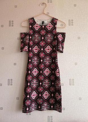 Платье со спещенными плечами узоры марсала