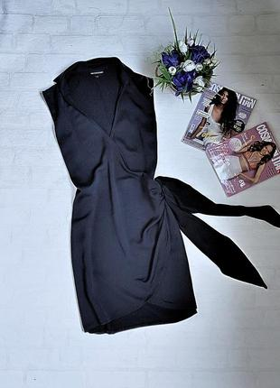 Мега стильные чёрное платье на запах от pretty little things.