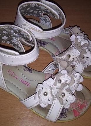 Белые босоножки липучка цветочки