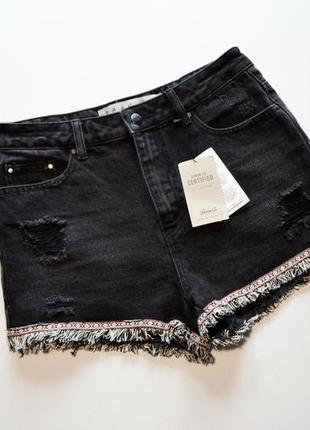 Стильный черные джинсовые шорты с рваностями