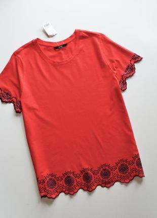 Трендовая базовая красная футболка с принтом