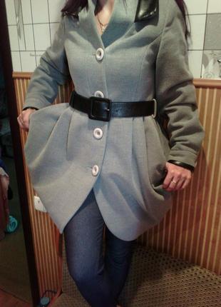 Очень стильное пальто с кожанными элементами