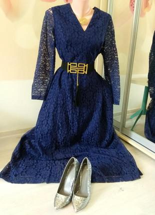 Элегантное женское платье в пол с кружевом.