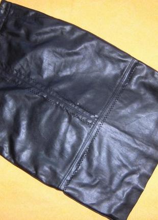Очень оригинальная юбочка под кожу с орнаментом.