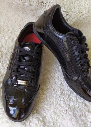 Лаковые кроссовки известного бренда