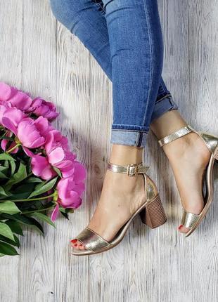 Элегантные босоножки на устойчивом (7 см) каблуке