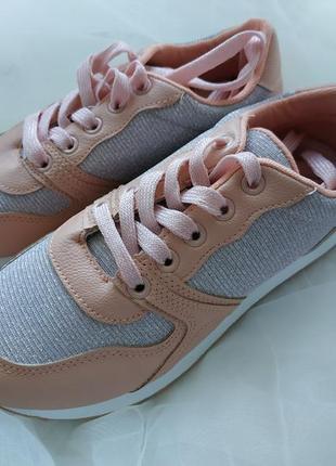 Новые кроссовки нежного цвета пудра