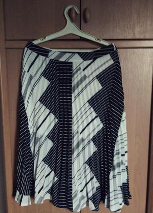 Плиссерованная юбка миди  с геометрическим рисунком