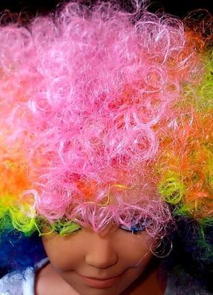 Разноцветный яркий парик для маленького веселого клоуна