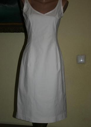 Дизайнерское белое котоновое платье по фигуре с разрезом сзади от piazza sempione