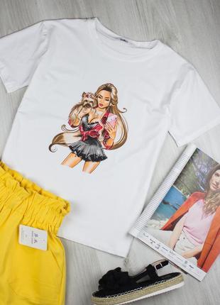 Белая футболка с принтом девушки и собачкой