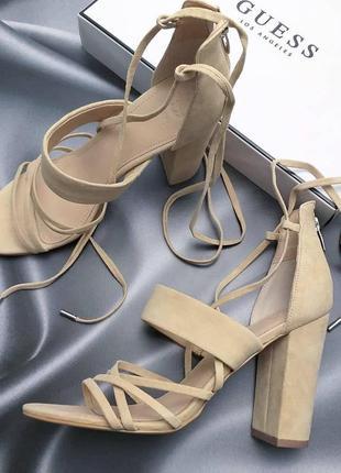 Guess ориинал бежевые замшевые босоножки на широком каблуке и завязках бренд из сша1 фото