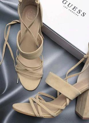 Guess ориинал бежевые замшевые босоножки на широком каблуке и завязках бренд из сша7 фото