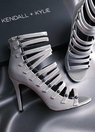 Kendall + kylie серо-серебристые бархатные босоножки на шпильке