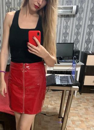 Красная лаковая юбка виниловая