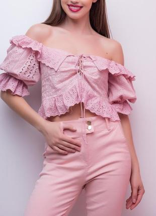 Розовая блуза крестьянка со шнуровкой и молнией украшена рюшами