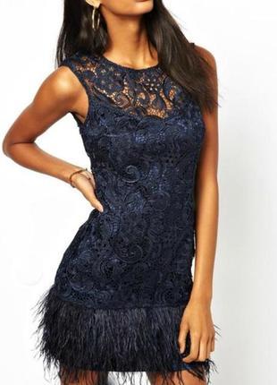 Шикарное кружевное платье темно-синего цвета с перьями