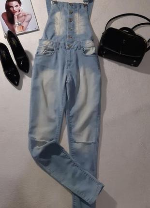 Стильный джинсовый комбинезон. размер s