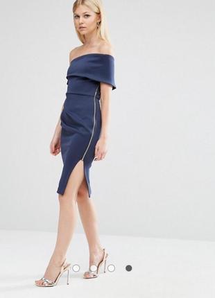 Оригинальное брендовое платье по плечам из неопрена с разрезом на молнии