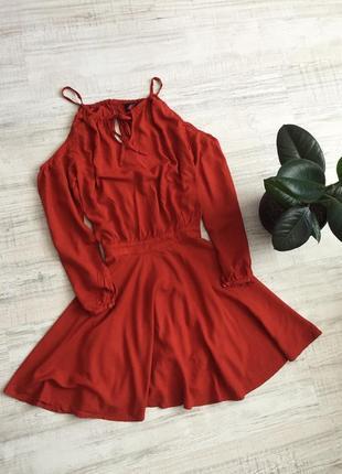 Коралловое платье с открытыми плечами
