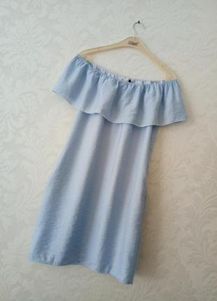 Базовое трендовое голубое платье с воланом на плечиках