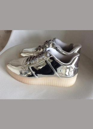 Vizzano. стильные кроссовки-зеркало.