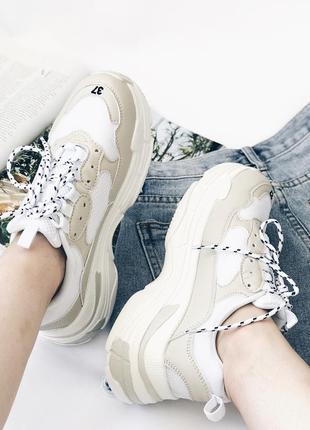 Женские стильные кроссовки бежевого цвета на платформе