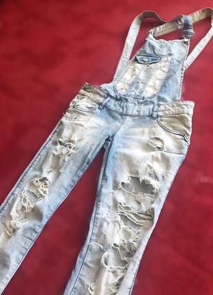 Летний джинсовый комбинезон с рваными штанами
