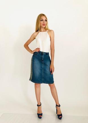 Джинсовая юбка-карандаш со стильной отделкой