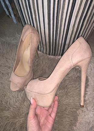 Шикарные бежевые туфли на высоком каблуке замшевые
