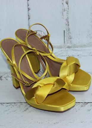 Zara атласные босоножки на платформе и каблучке