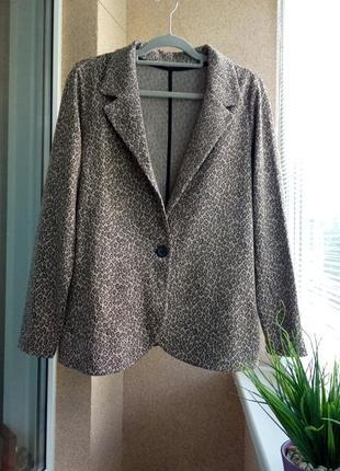 Красивый стильный пиджак из плотного трикотажа в модный анималистичный принт