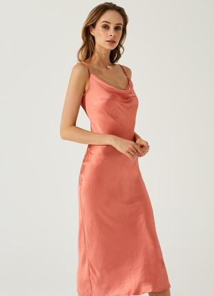 Роскошное платье в бельевом стиле кораллового цвета