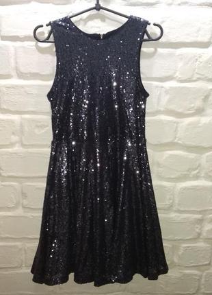 Вечернее платье в пайетках.