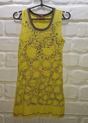 Жёлтое платье из трикотажной ткани.
