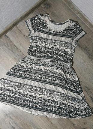 Легкое трикотажное платье с орнаментом1 фото