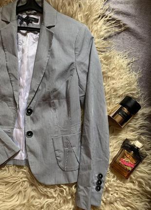 Стильный пиджак в полоску comma4 фото