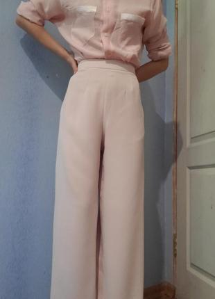 Пудровые широкие брюки палаццо клёш от бёдра высокая талия крутого бренда coast2 фото